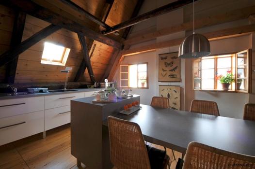 <strong>Küche</strong><span>ist modern eingerichtet. Die Einbauküche ist mit Ceran Sensor-Kochplatte, Mikrowellenherd, Kühlschrank mit Gefrierbox, Sieder und Geschirr ausgestattet. Am Tisch ist Platz für 6 Personen.</span>