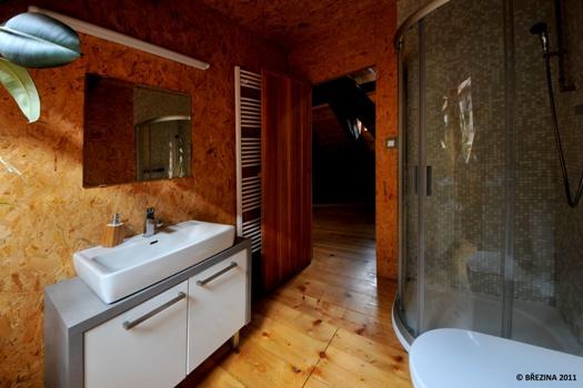 <strong>Bad und WC</strong><span>hat Boden, Wände und Decke nur mit Holz bekleidet. Es ist mit Duschkabine, Handtüchern, Waschmaschine, Handtuchtrockner und Haartrockner ausgestattet.</span>