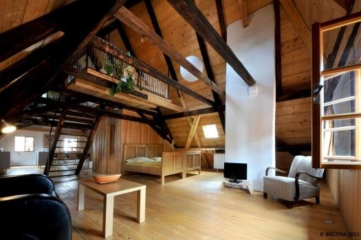 <strong>Wohnteil</strong><span>grenzt an die Küche und ist mit Sofa, Schreibtisch, Doppelbett, TV und Radio-CD-Spielerausgestattet. Aus dem Wohnteil führen ursprüngliche Leitertreppen zum Schlafteil.</span>